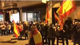 Vés a: VÍDEO Agredeixen una regidora del PDECat en una concentració espanyolista a Malgrat de Mar