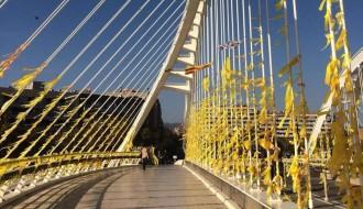 Vés a: Centenars de llaços grocs «vesteixen» el Pont de Bac de Roda en solidaritat amb els presos polítics