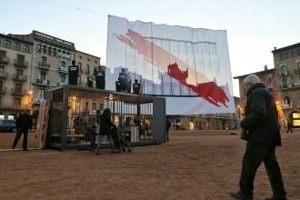 Vés a: Una pancarta gegant reclama la llibertat dels presos polítics a la plaça Major de Vic