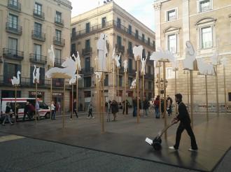Vés a: Els barcelonins ja poden passejar per sota les figures del pessebre de la plaça Sant Jaume
