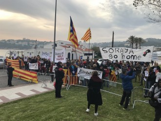 Vés a: Un centenar de persones es manifesta a S'Agaró contra la visita de Sáenz de Santamaría i el 155