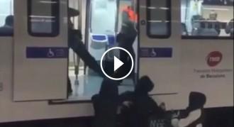 Vés a: VÍDEO Ataquen amb esprais de pintura els vigilants del metro de Barcelona