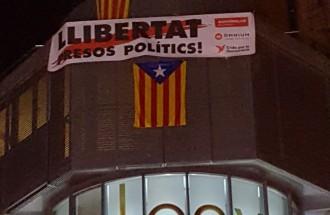 Vés a: Els veïns del Tous de Manresa li coloquen una pancarta de «Llibertat presos polítics»