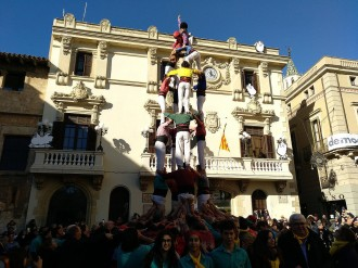 Vés a: FOTOS i VÍDEO Un emocionant castell de germanor per reclamar la llibertat dels presos polítics