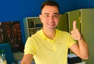 Vés a: FOTO L'exblaugrana Xavi Hernández ja ha votat... vestit de groc