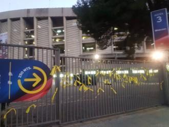 Vés a: FOTOS El Camp Nou apareix ple de llaços grocs