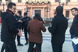 Vés a: La policia espanyola identifica els candidats de la CUP en un acte de campanya