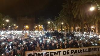 Vés a: FOTOS L'independentisme il·lumina el passeig de Lluís Companys per reclamar la llibertat dels «Jordis»