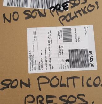 Vés a: Una llibreria denuncia la recepció d'un paquet amb missatges polítics