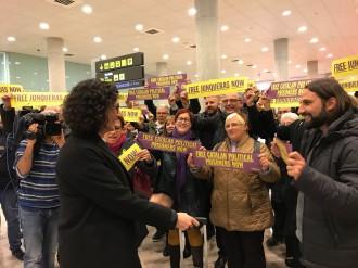 Vés a: VÍDEO Desenes de persones reben Marta Rovira a l'Aeroport del Prat