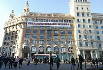 Vés a: FOTO La «llibertat dels presos» presidirà la plaça de Catalunya durant el Mobile