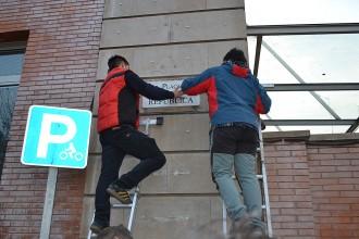 Vés a: FOTOS Substitueixen la placa de la plaça Espanya de Manresa per la de plaça de la República