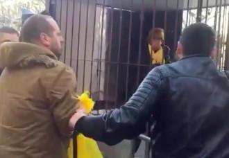 Vés a: VÍDEO Tensió a Mataró per un home que intentava arrencar llaços grocs