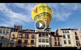 Vés a: VÍDEO Un globus xoca amb una casa de la plaça de Vic