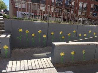 Vés a: FOTOS Terrassa es lleva amb flors grogues pintades a les parets