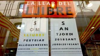 Vés a: FOTOS La Llar del Llibre de Sabadell es mulla amb els presos polítics i el procés
