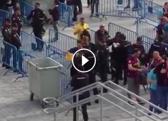 Vés a: VÍDEO El moment en què la policia espanyola fa llançar una samarreta groga a un contenidor