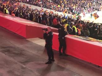 Vés a: La policia espanyola fotografia els aficionats del Barça durant la xiulada
