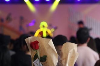 Vés a: Centenars de persones celebren el Sant Jordi Musical a l'Antiga Fàbrica Estrella Damm