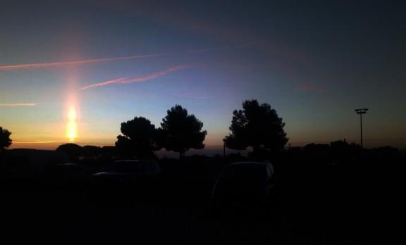 Vés a: Un espectacular pilar solar il·lumina el Delta en l'alba
