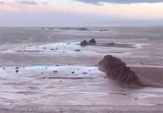 Vés a: El Trabucador torna a sucumbir davant una nova envestida del mar