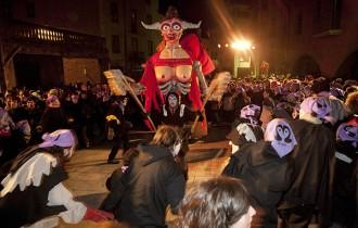 L'esbojarrat ritual del Pullassu posa la directa del Carnaval de Torelló