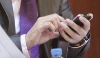 Uns regidors enganxats al mòbil