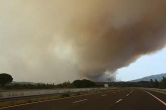 Un incendi crema descontrolat a la Jonquera, mentre la tramuntana complica la tasca dels bombers