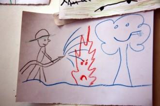 Els nens desallotjats «dibuixen els bombers amb somriures»