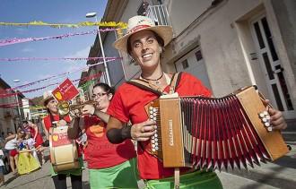 Les festes del barri de Gràcia de Manlleu recuperen la cercavila de gegants