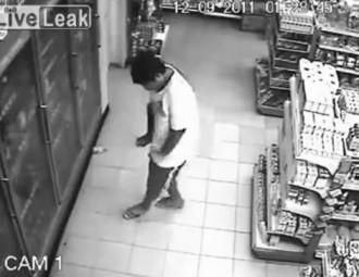Diuen que aquest noi ha estat posseït per un fantasma al mig del súper [VIDEO HARD]