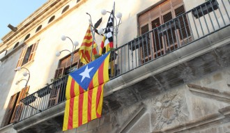 Vés a: Multen un home per arrencar la bandera espanyola del balcó de l'Ajuntament de Tàrrega