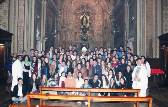 El bisbe Novell, envoltat de joves