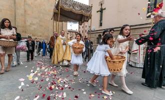 La processó de Corpus de Vic anuncia l'arribada de les flors i de l'estiu