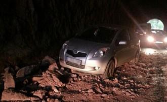 Cauen roques del sostre del túnel de Sau i un vehicle hi xoca