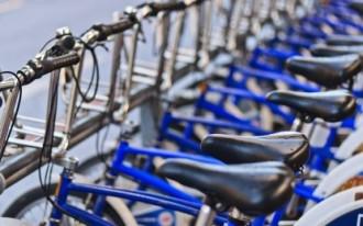 Robava sellons de bicicletes de noia per ensumar-los i llepar-los
