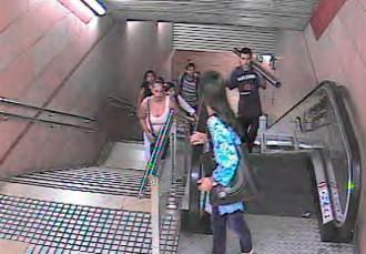 Roba tres metres de barana i agafa el Metro per anar a vendre-la a pes