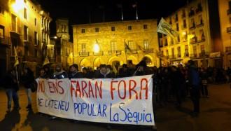 Més de 500 persones es manifesten per l'Ateneu la Sèquia