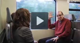 Antoni Bassas puja al tren de Ripoll per explicar les queixes d'usuaris i alcaldes