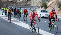 Els ciclistes desafien la prohibició de Trànsit i circulen per la C-17