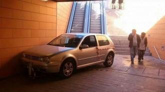 Un cotxe cau per unes escales mecàniques