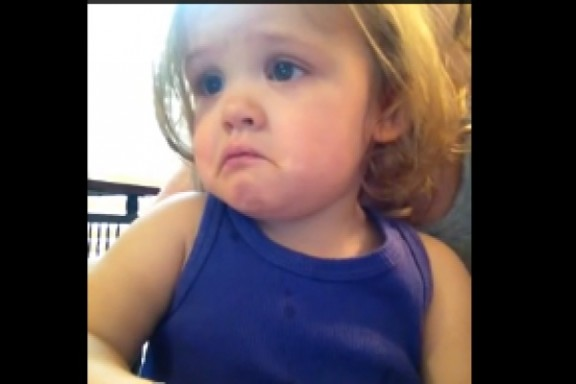 Aquesta nena de 2 anys mira el vídeo de la 'boda' dels seus pares i...