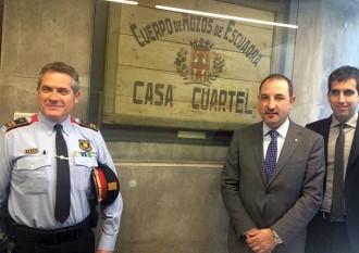 Cardona cedeix a Interior el cartell de l'esquadra més antiga dels Mossos
