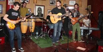 Postura i Shmerved omplen l'Sputnik de ritme i bones cançons