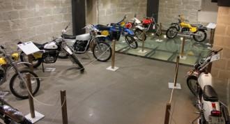 Exposició de motos clàssiques d'enduro al Consell Comarcal