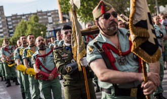 Una germandat de legionaris desfila amb armament per Badia del Vallès