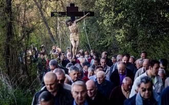 El Via Crucis i les processons recorden la Passió de Jesús