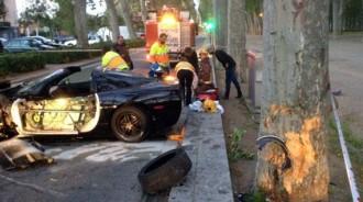 Un conductor begut s'estampa contra un arbre i fereix de gravetat l'acompanyant