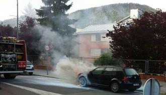 Incendis d'un cotxe i un contenidor a la carretera de Barcelona de Ripoll