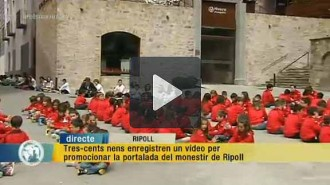 Tres-cents alumnes de la Vedruna graven un vídeo de suport a la Portalada de Ripoll